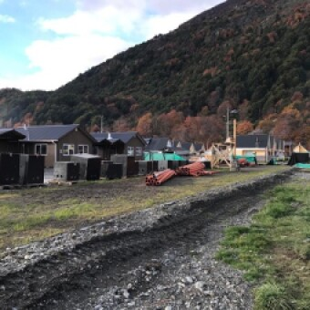 tehuelche noticias: Avanzan obras de instalación eléctrica soterrada para las 22 viviendas de Villa O'Higgins